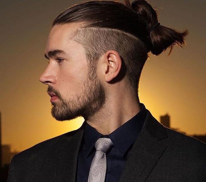 man-bun-top-knot-undercut-homme-avec-cheveux-longs-et-chignon-cotes-courts