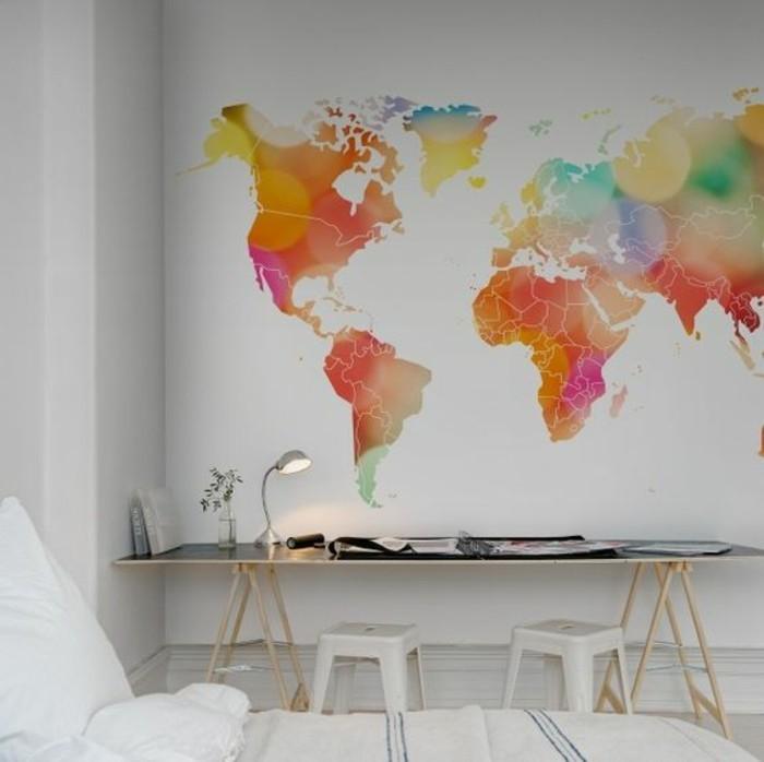 mappemonde-poster-sur-fond-blanc-espace-bureau-moderne