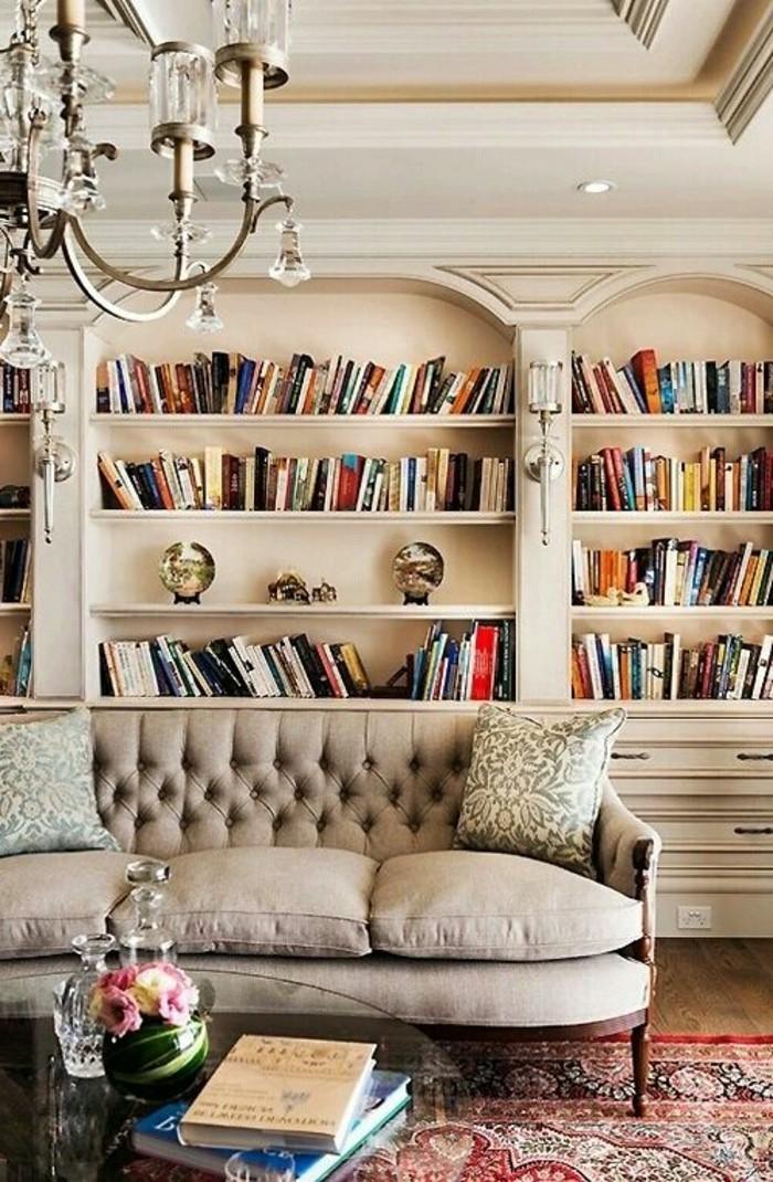 meuble-bibliotheque-dans-un-salon-beige-sophistique
