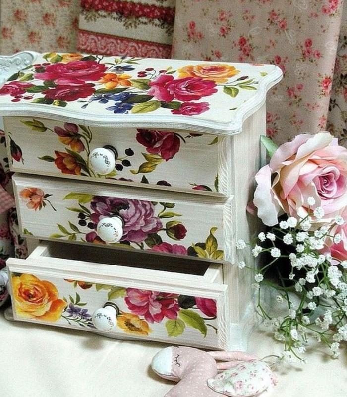 meuble-de-rangement-avec-tiroirs-meuble-au-look-transforme-a-l-aide-de-serviettage-superbe-maniere-de-relooker-un-meuble
