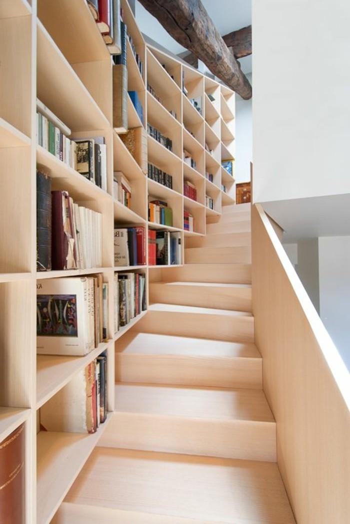 meuble-etagere-a-livres-et-escalier-en-bois-clair