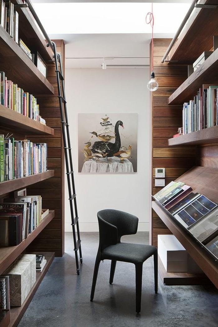 meuble-etagere-echelle-amovible-et-chaise-entre-les-etageres