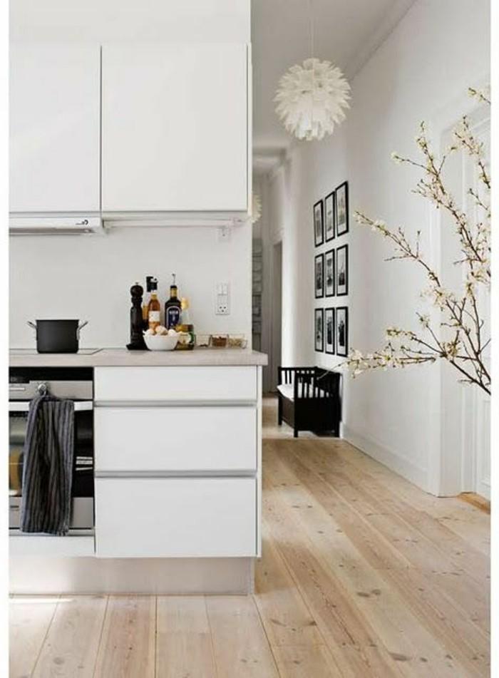 Charmant Salle A Manger En Bois Gris #6: Meubles-blancs-de-cuisine-sol-en-parquet-clair-murs-blancs-meubles-blancs-1.jpg
