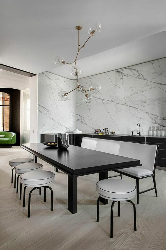 meubles-de-salle-a-manger-chaises-blanches-table-noire-rectangulaire