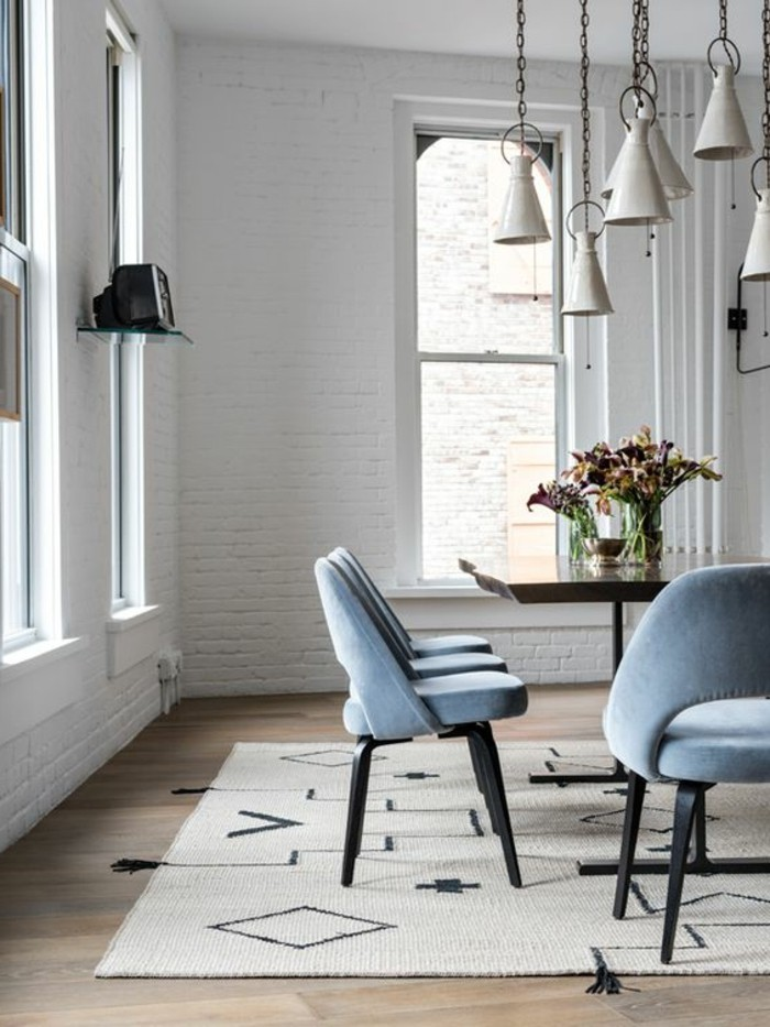 meubles-de-salle-a-manger-chaises-design-bleues-peinture-murale-grise