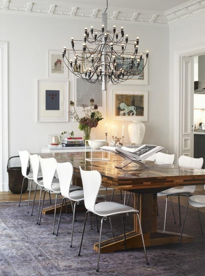meubles-de-salle-a-manger-chaises-modernes-blanches-autour-dune-table-en-bois