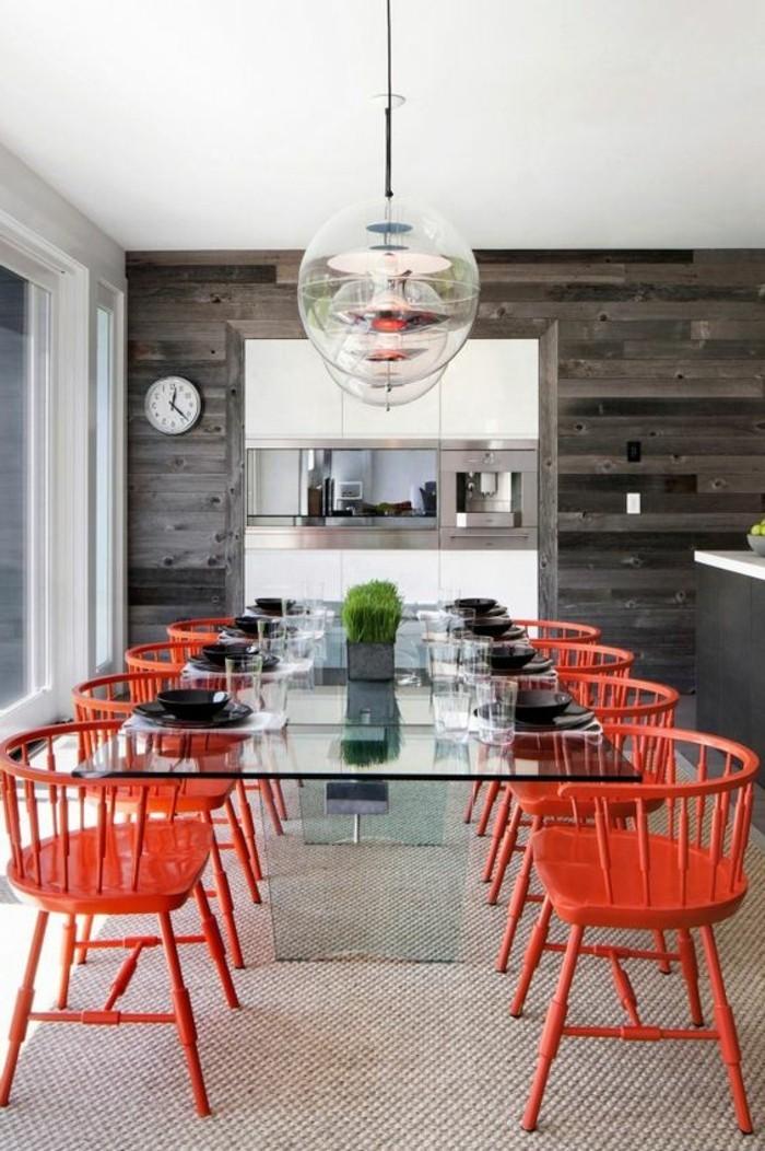 meubles-de-salle-a-manger-chaises-plastiques-et-table-en-verre