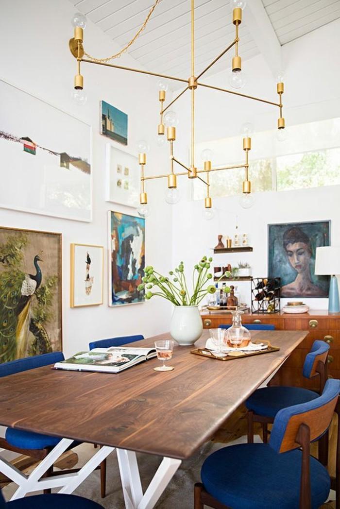 meubles-de-salle-a-manger-eclectique-chaises-bleues-pietement-de-table-blanc