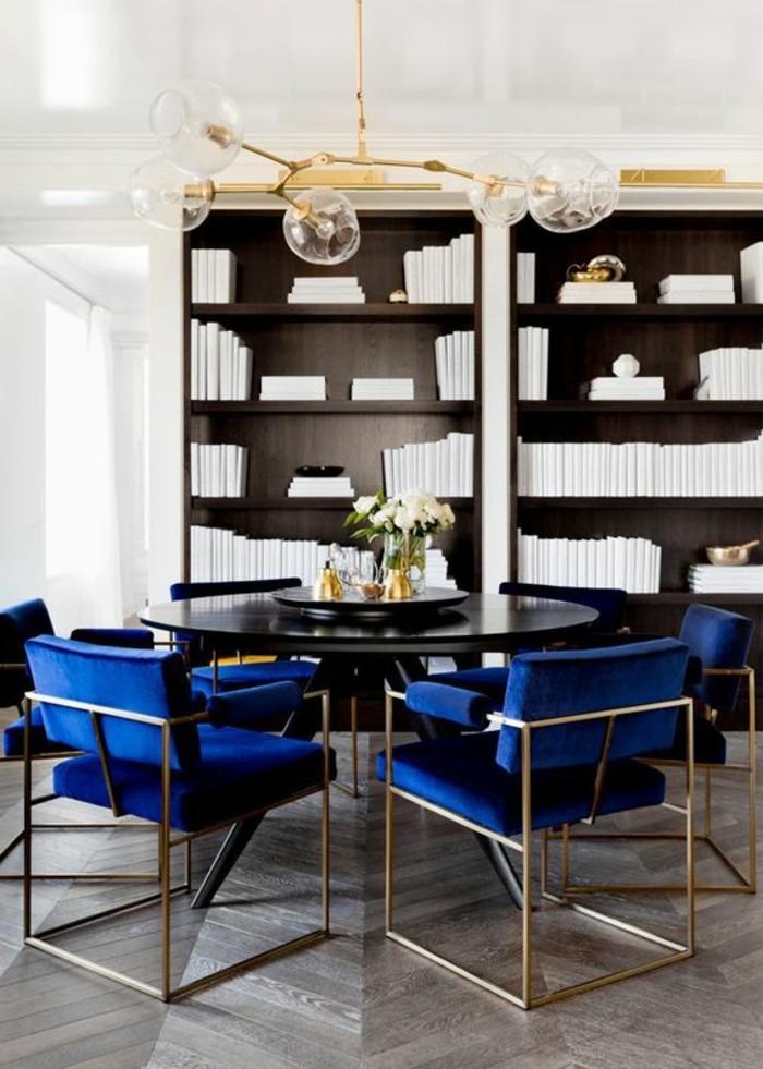 meubles-de-salle-a-manger-grandes-chaises-bleues-autour-dune-table-ronde