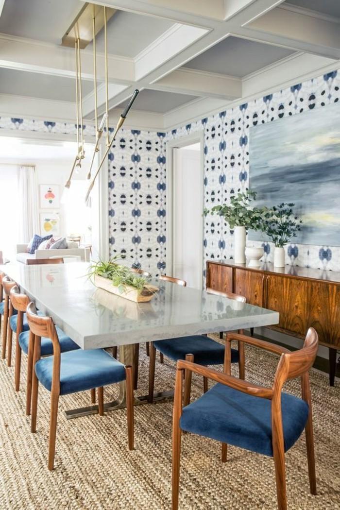 meubles-de-salle-a-manger-table-lisse-chaises-aux-coussins-bleus