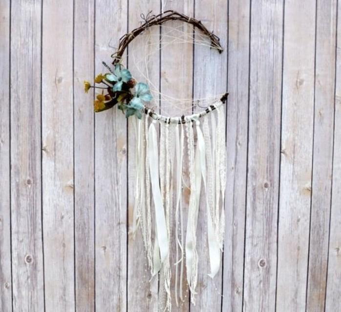 modele-d-attrape-reve-interessant-decoration-composee-de-fleurs-bleues-et-de-dentelles-blanches-branche-cerceau-fait-de-brindilles