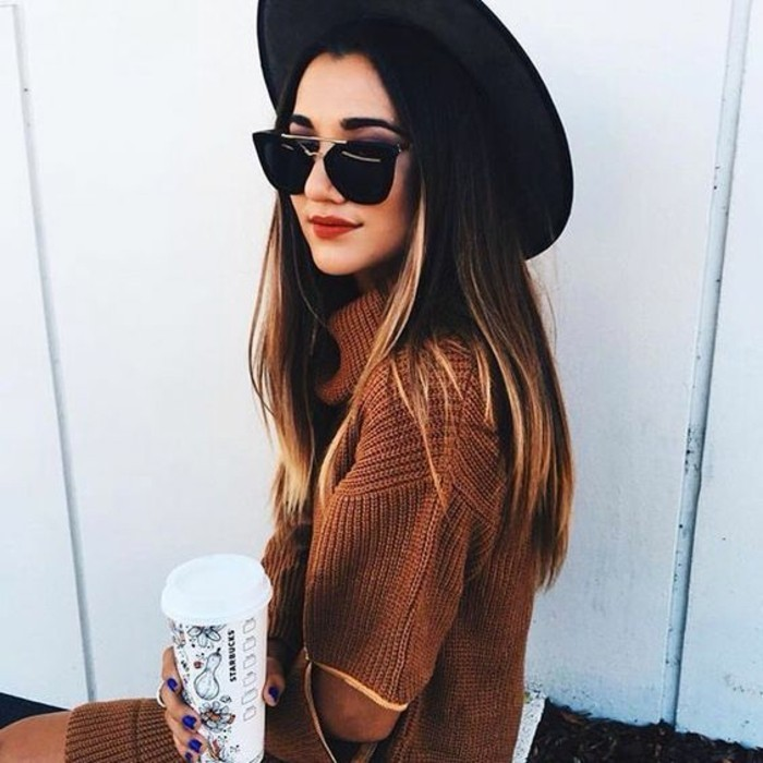 modele-original-de-pull-grosse-maille-camel-chapeau-noir-a-large-bords