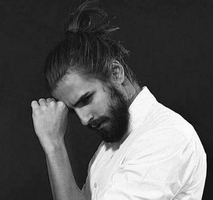 model-homme-cheveux-longs-avec-chignon-man-bun-style
