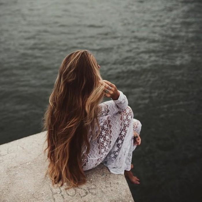 modele-coupe-cheveux-long-feminite-romantique