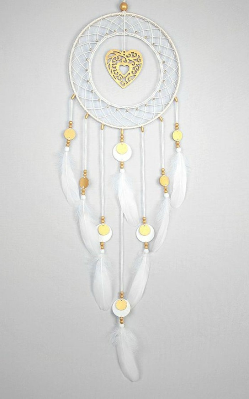 modele-de-capteur-de-reve-avec-un-coeur-comme-un-centre-decoratif-toile-blanche-et-plumes-decoratifs-blancs