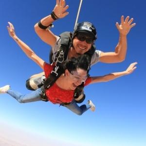 Saut en parachute en tandem - le cadeau aventuriste qui crée des mémoires