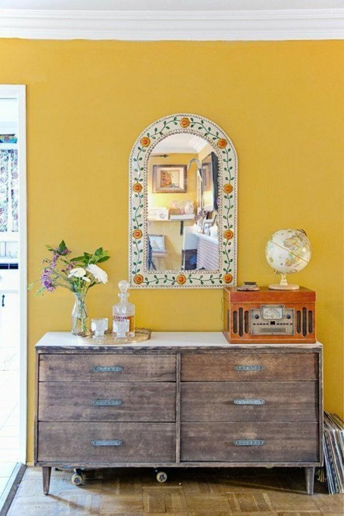 mur-en-jaune-moutarde-decoration-salon-commde-en-bois-vintage