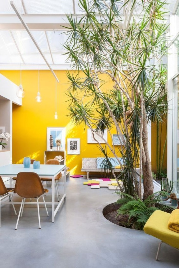 mur-jaune-couleur-moutarde-salon-spacieux