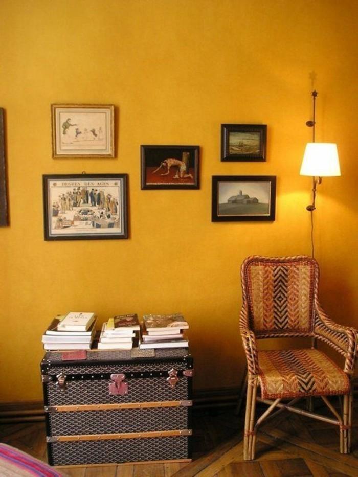 mur-jaune-deco-cadres-de-mur-deco-jaune-moutarde-fauteuil-en-rotin