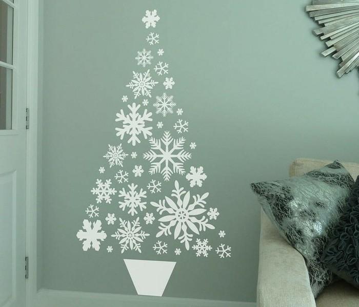 mur-joliment-decore-de-flacons-de-neige-blancs-arrange-dans-la-forme-de-sapin-de-noel-bricolage-de-noel