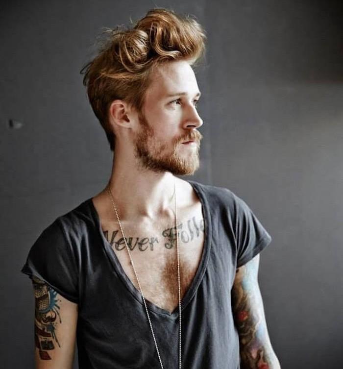 oupe-de-cheveux-homme-court-sur-les-cotes-long-dessus-epais-blond-roux-barbe-look-hipster-banane