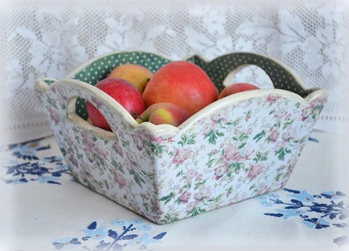 panier-a-fruits-decore-de-superbes-elements-floraux-un-superbe-recipient-pour-vos-fruits