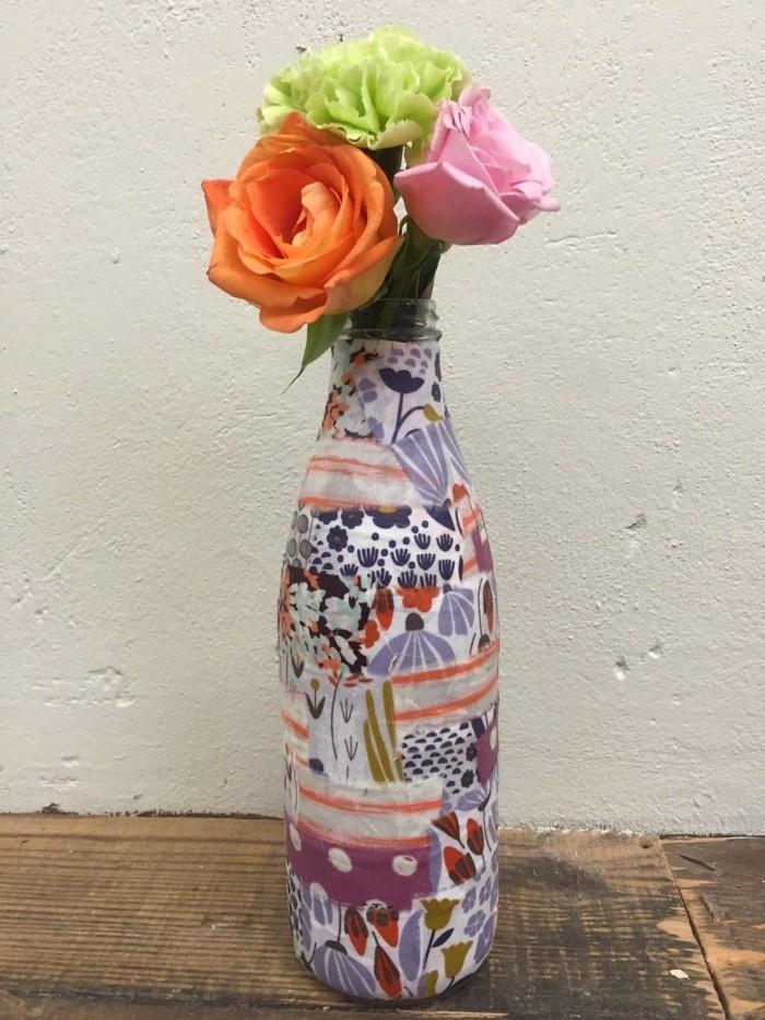 papier-decopatch-a-different-motifs-utilise-pour-cette-bouteille-patchwork-transforme-en-vase-de-fleurs