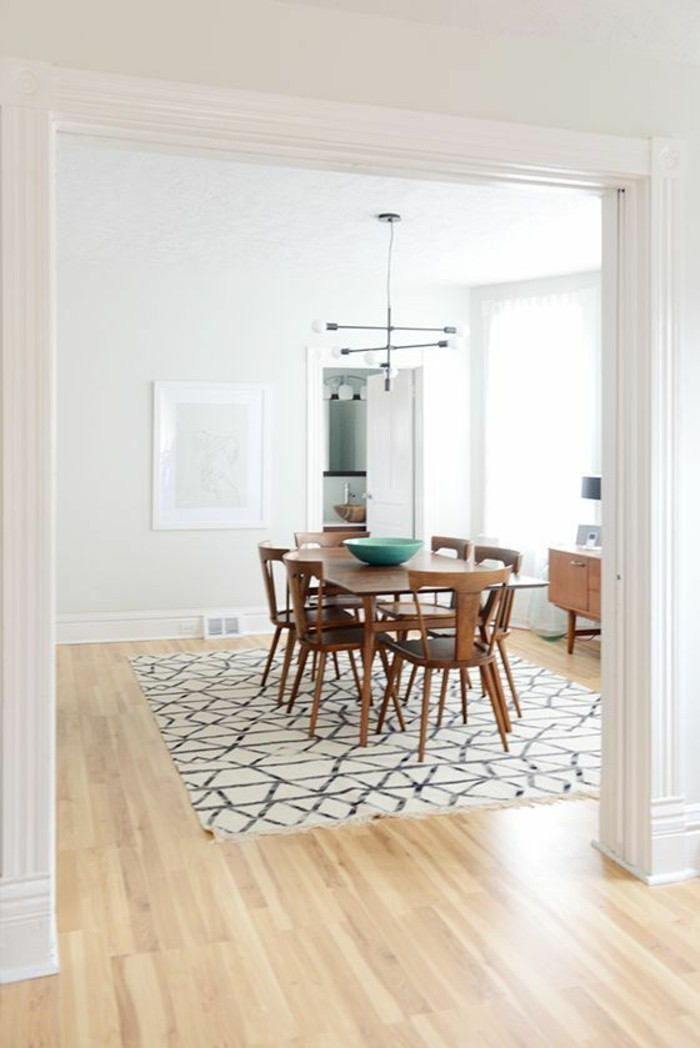 parquet-clait-tapis-blanc-noir-chaise-restro-chic-idee-revetement-sol-salon