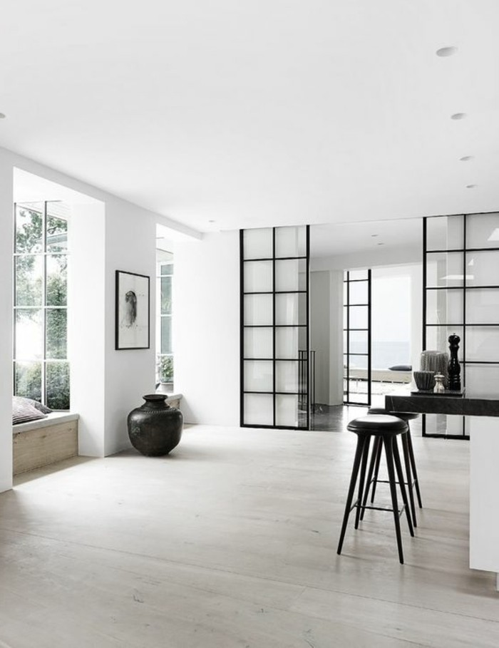 parquet-massif-chene-couleur-clair-chaises-hautes-noires-bar-de-cuisine-blanc-noir-portes-coulissantes