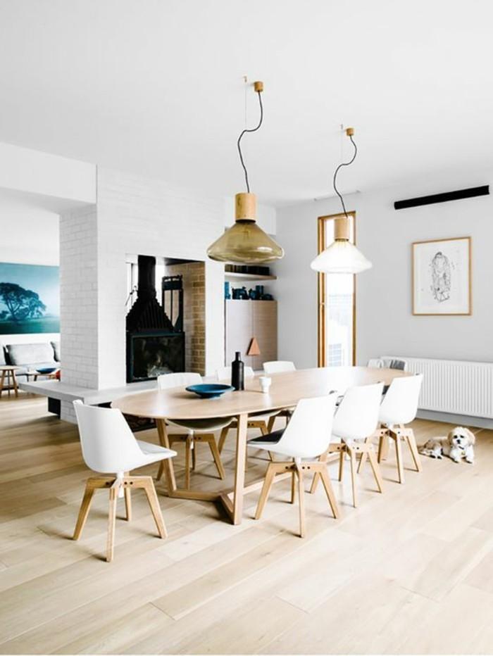 parquet-massif-chene-parquet-clair-table-ovale-en-bois-clair-chaises-blanches