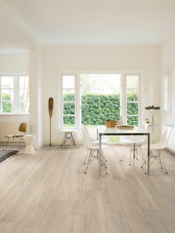parquet-teck-idee-sol-en-parquet-clair-dans-la-salle-de-sejour-avec-grandes-fenetres-et-vue