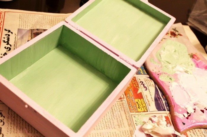 peindre-l-interieur-de-la-boite-e-nvert-pistache-idee-diy-serviettage-pour-creer-une-boite-a-bijoux