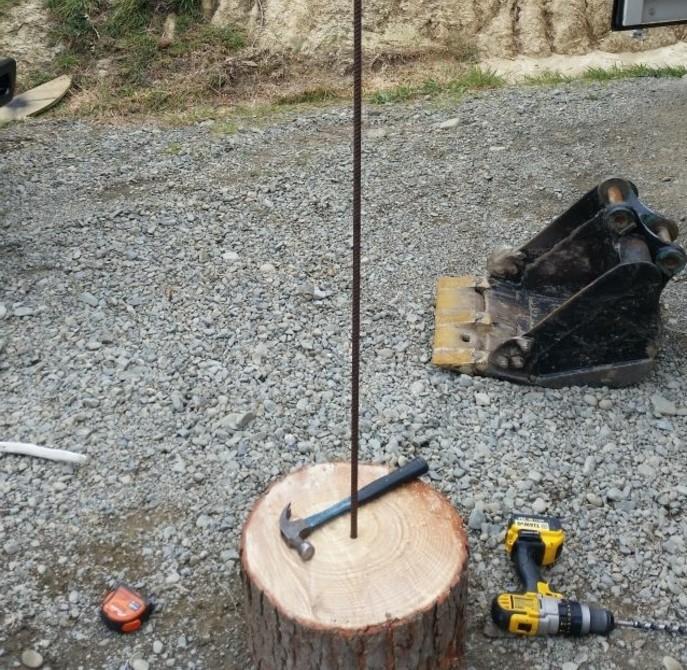 percer-un-trou-dans-une-rondelle-en-bois-et-fixer-la-barre-de-renforcement-de-votre-sapin-en-bois-flotte