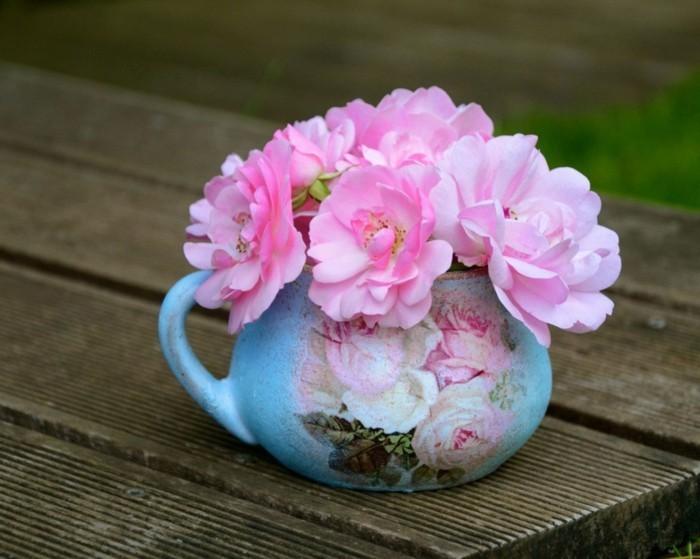 petite-tasse-bleue-joliment-decoree-de-motifs-floraux-fleurs-rose-dans-un-vasedeco-patch