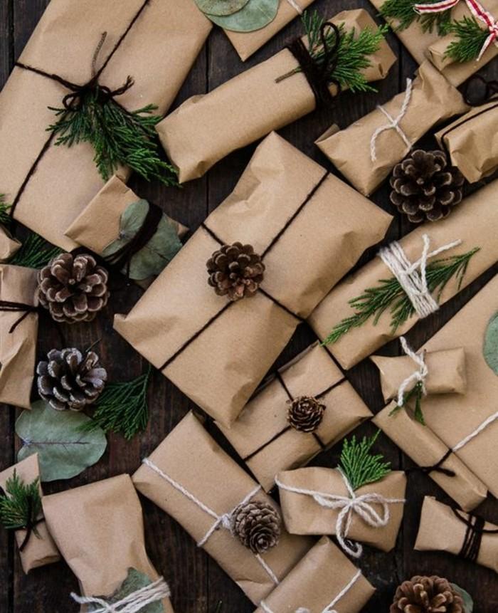 petits-paquets-decores-de-pommes-de-pin-et-de-branches-de-pin-et-contenant-des-surprises-calendrier-de-l-avent-maison-diy