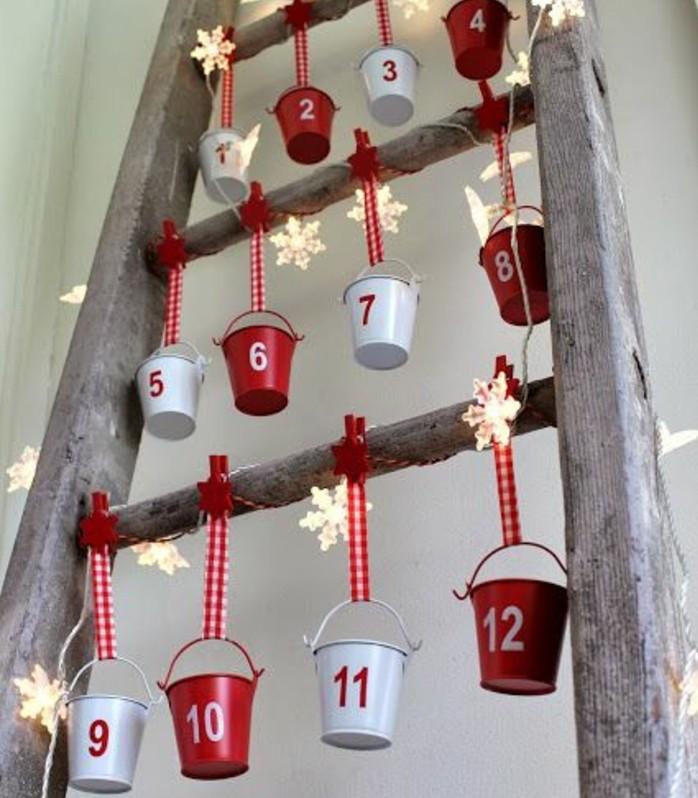 petits-seaux-en-rouge-et-blanc-suspendus-d-une-vieille-echelle-rustique-idee-pour-fabriquer-un-calendrier-de-l-avent-sympa