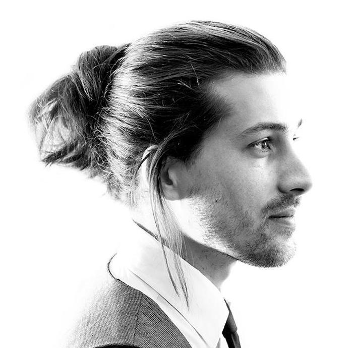 photo-homme-cheveux-longs-chignon-man-bun