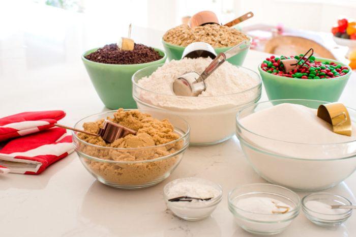 photos ingredients necessaires pour realiser un cadeau de noel a faire soi meme avec farine bonbons flocons d avoine cassonade