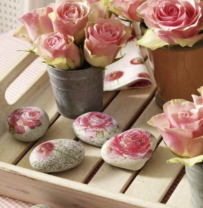 pierres-decorees-de-roses-une-superbe-decoration-a-fabriquer-soi-meme-idee-collage-de-serviette-charmante