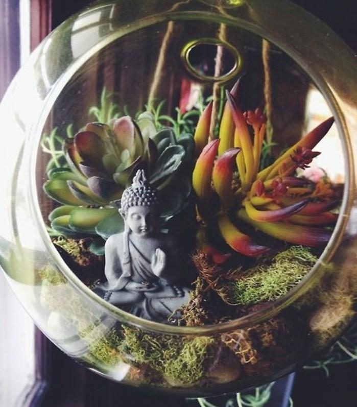 plante-tropicale-pour-fabriquer-un-terrarium-fantstique-figurine-d-inspiration-orientale-comme-element-decoratif