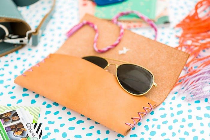 sacoche porte lunettes de soleil de couleur orange, cadeau pour sa meilleure amie a faire facilement