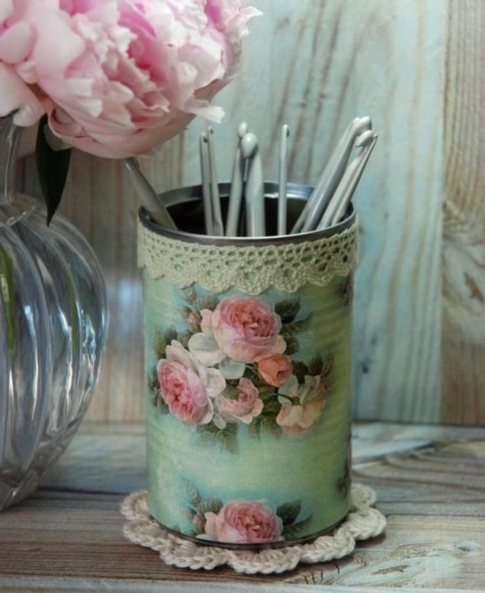 pot-a-crayon-a-jolis-motifs-de-roses-sur-un-fond-bleu-une-decoration-vintage-charmante