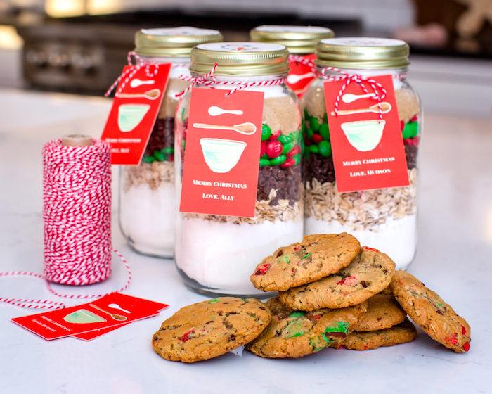 pot en verre rempli d ingredients pour cookies, farine, pepites de chocolat m&ms, flocons d avoine et sucre