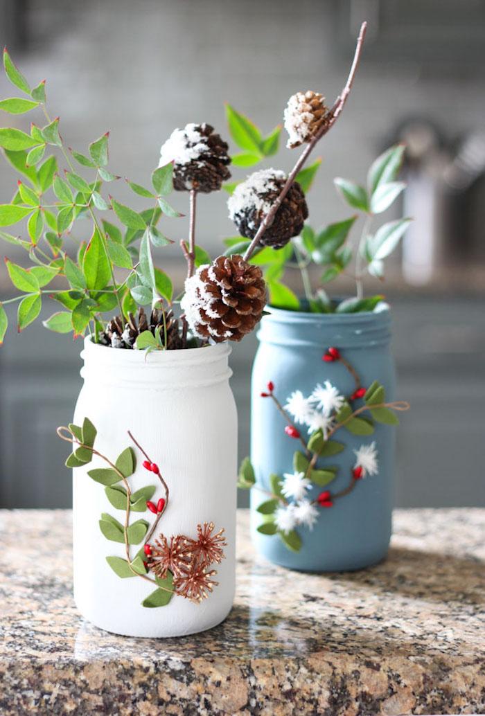 vases en pot de verre recyclé et repeint de peinture acrylique avec des végétaux décoratifs de noel, diy cadeau noel original