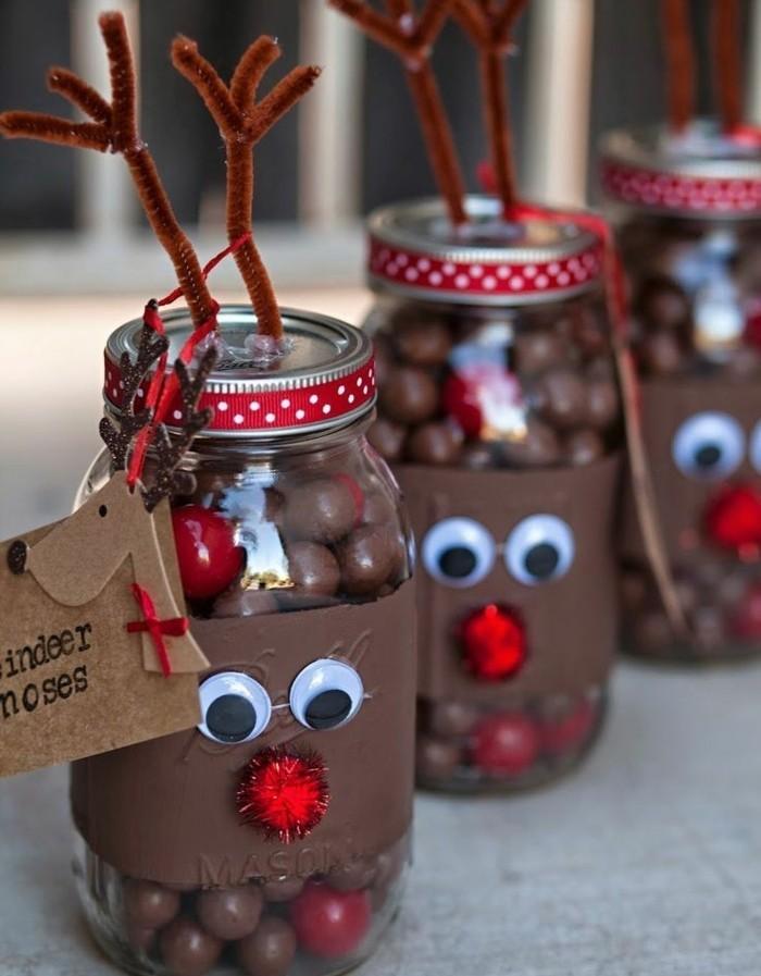 pots-decores-comme-des-cerfs-mignons-remplis-de-bonbons-au-chocolat-cadeau-de-noel-gourmand-a-faire-soi-meme