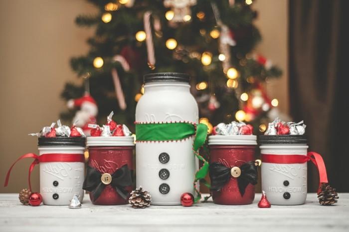 pots-remplis-de-bonbons-et-joliment-decores-pour-la-fete-de-noel-cadeau-de-noel-a-fabriquer-suggestion-gourmande
