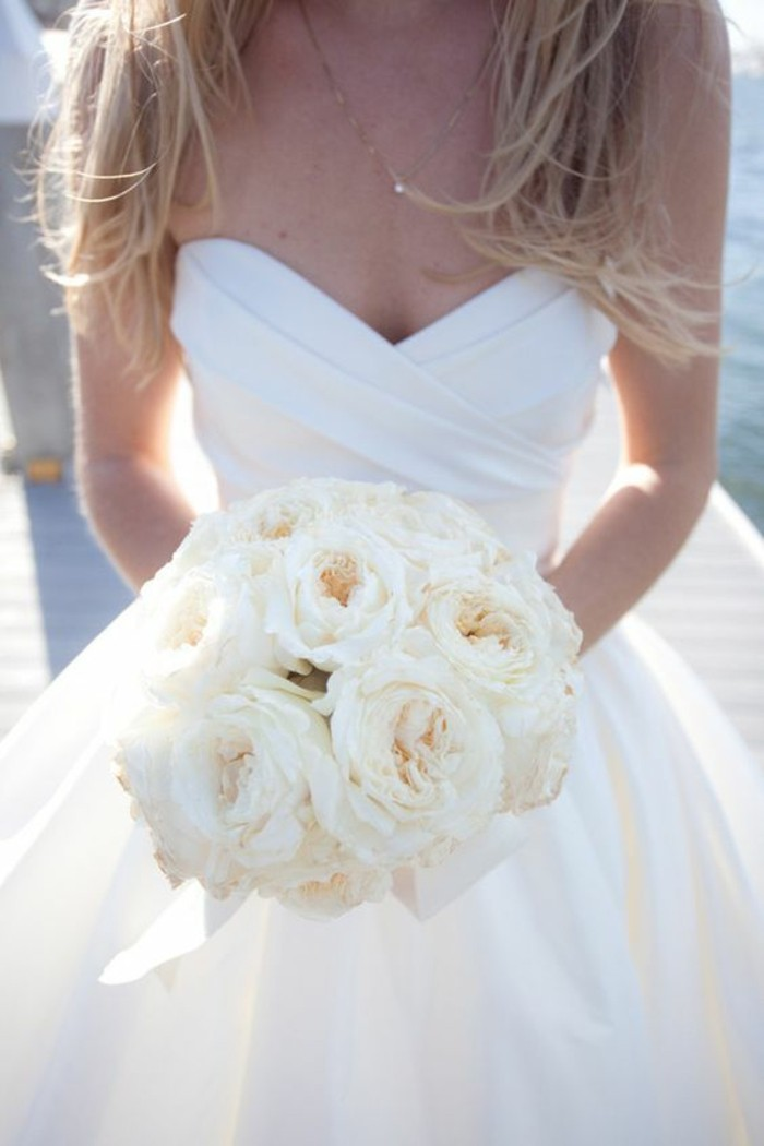 princesse-robe-de-mariee-tres-simple-mariee-bouquet-ronde-roses
