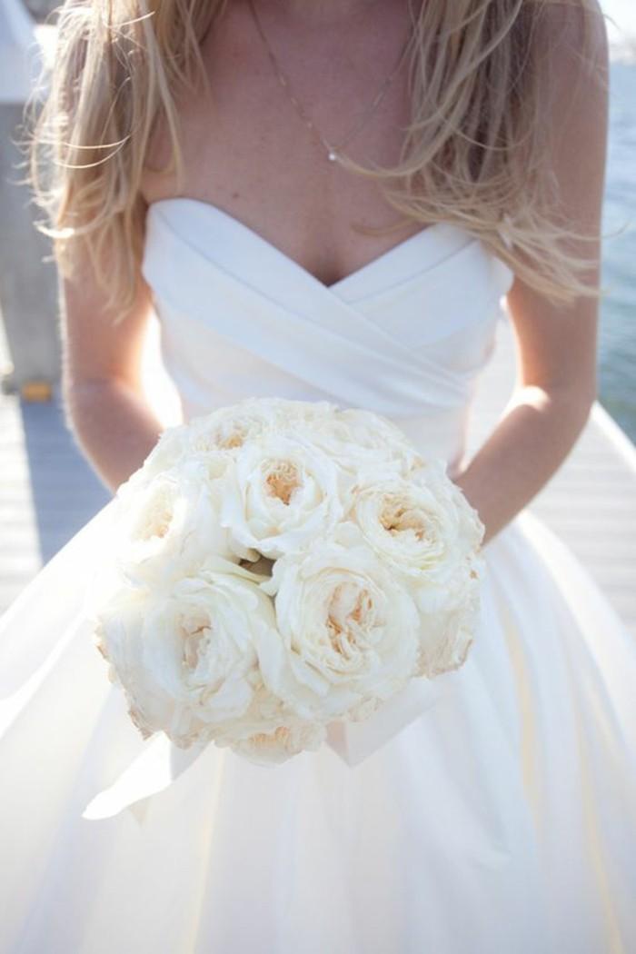 princesse-robe-de-mariee-tres-simple-mariee-bouquet-ronde-roses