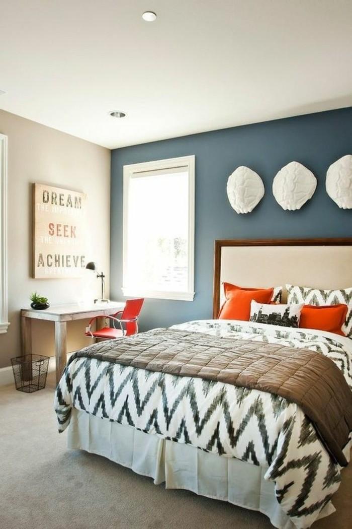 quelle-couleur-pour-une-chambre-murs-en-bleu-claire-chaise-et-coussins-rouges-couverture-en-blanc-et-noire