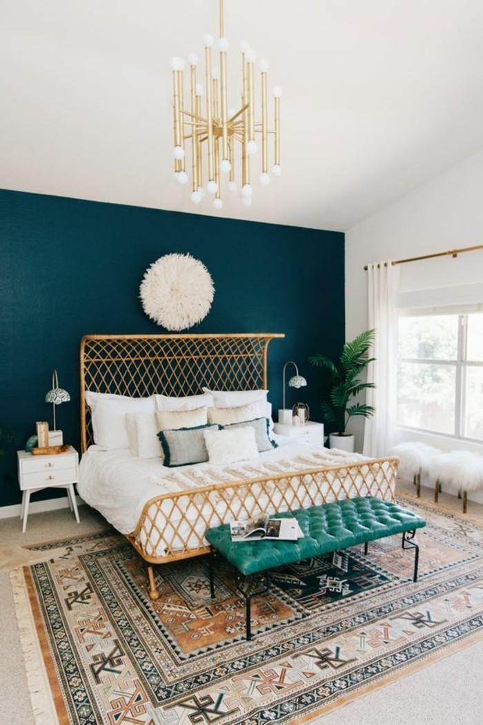 quelle-couleur-pour-une-chambre-murs-en-bleu-couverture-blanche-poufs-elements-en-verts-chandelier-classique
